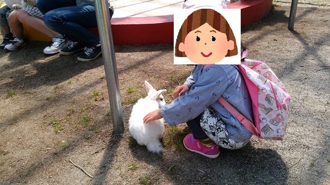 ウサギに触れて大満足