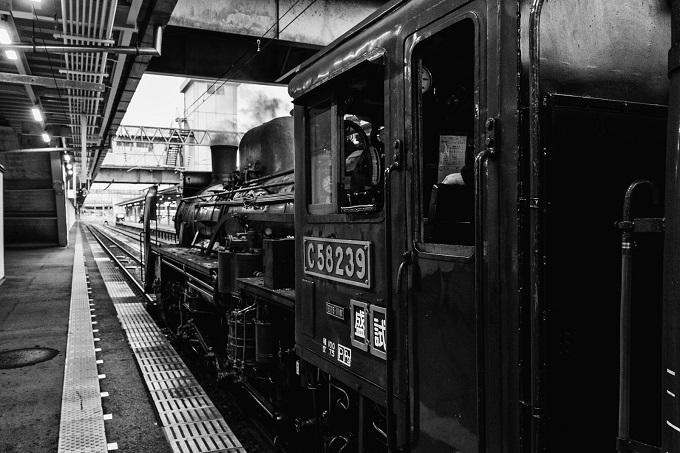 蒸気機関車のモノクロ写真